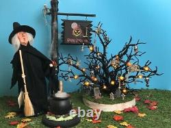 Byers Choice Carolers THE WITCH OF SALEM 2004 + CAULDRON, SIGNPOST, & TREE